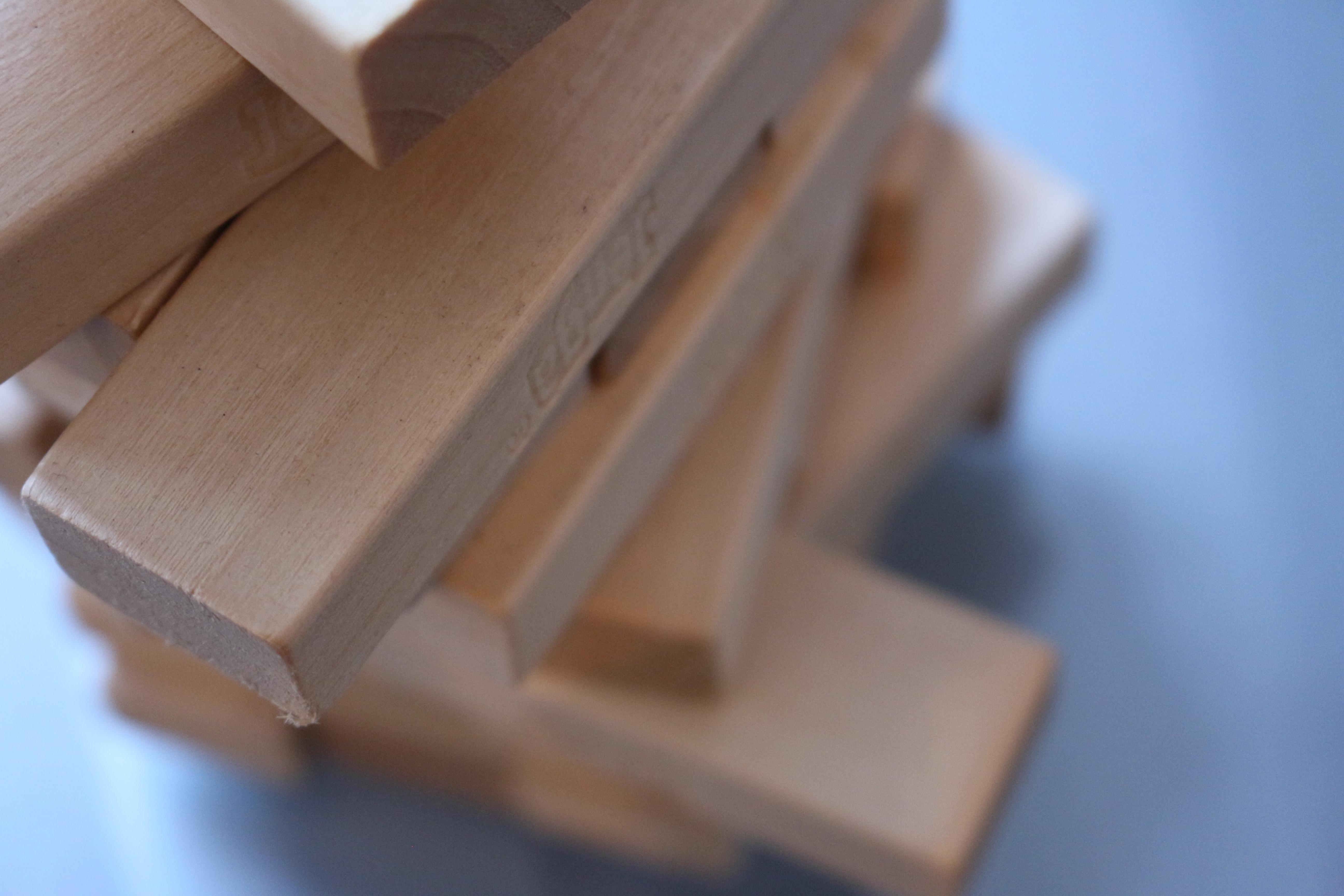 Turm aus Holzsteinen