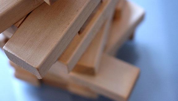 Turm aus Holzklözen